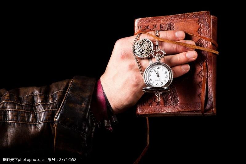蒸气朋克拿着钱包怀表的手图片