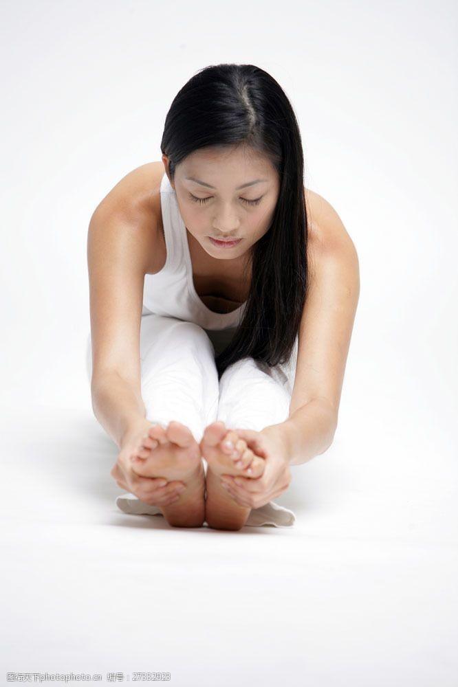 女性健康生活正在做瑜伽的女人图片