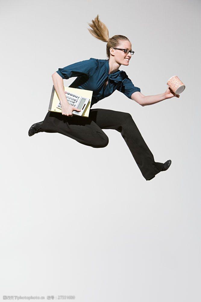 女性高清图片手拿杯子计算器跳跃的女人图片图片