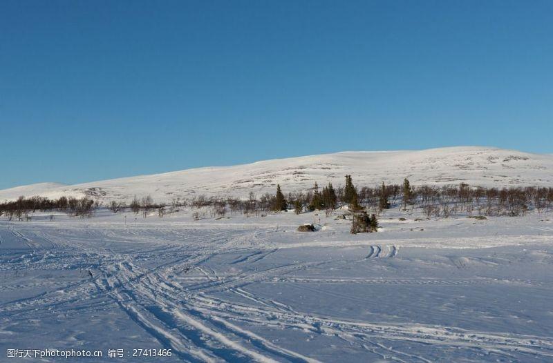 车印雪地山坡图片