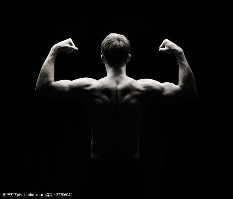 肌肉展示展示背部肌肉的健美男人图片