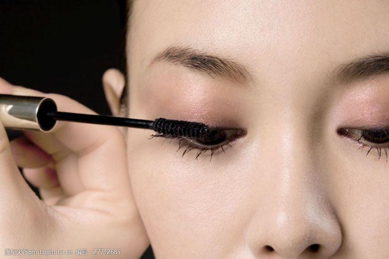 给睫毛拉长的女人眼部特写图片图片