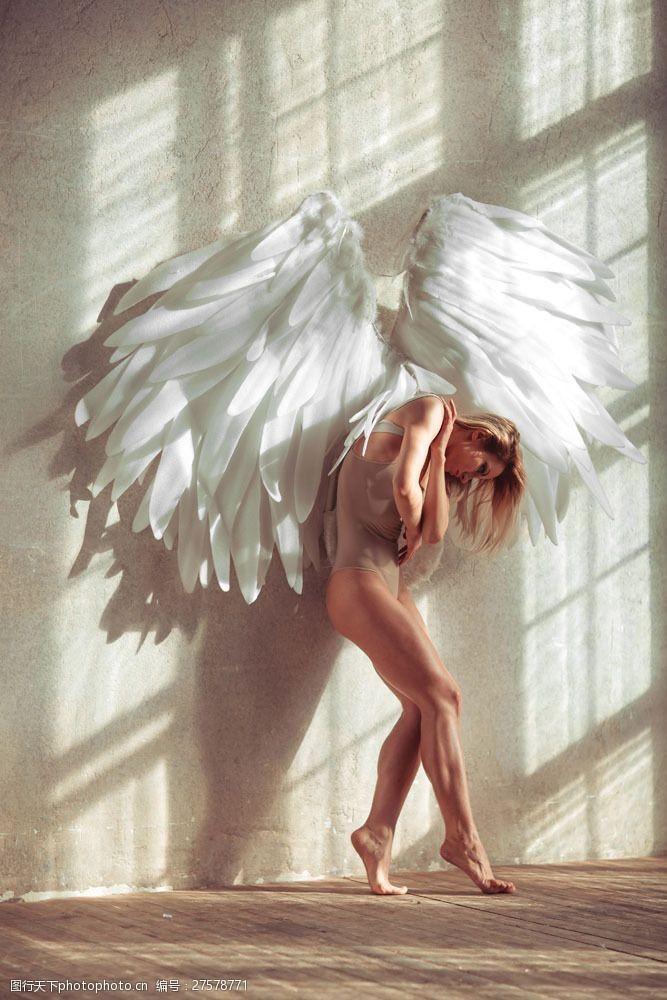 三点式挥着翅膀的性感美女图片