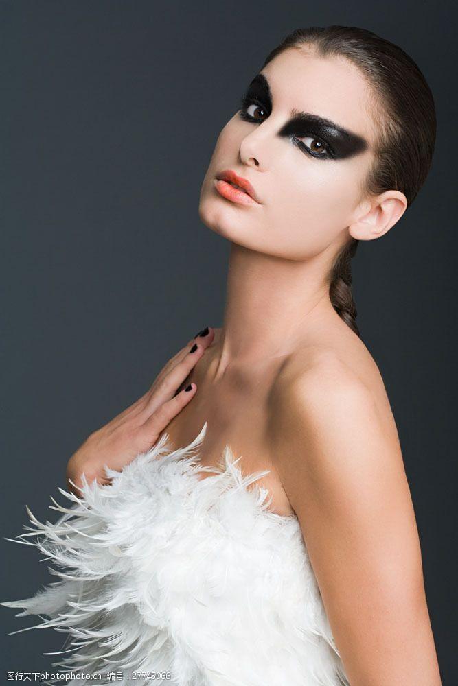 美丽佳人身穿羽绒的妩媚美女图片