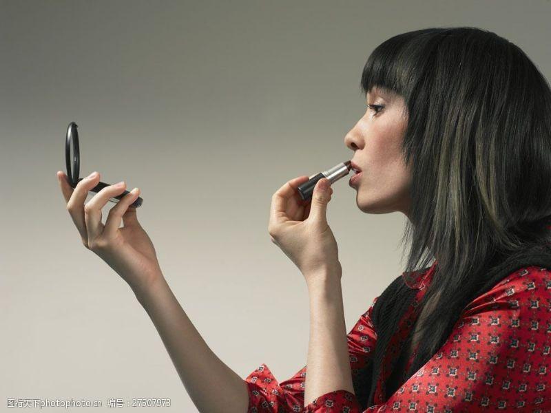 女性高清图片照镜子化妆的外国美女图片