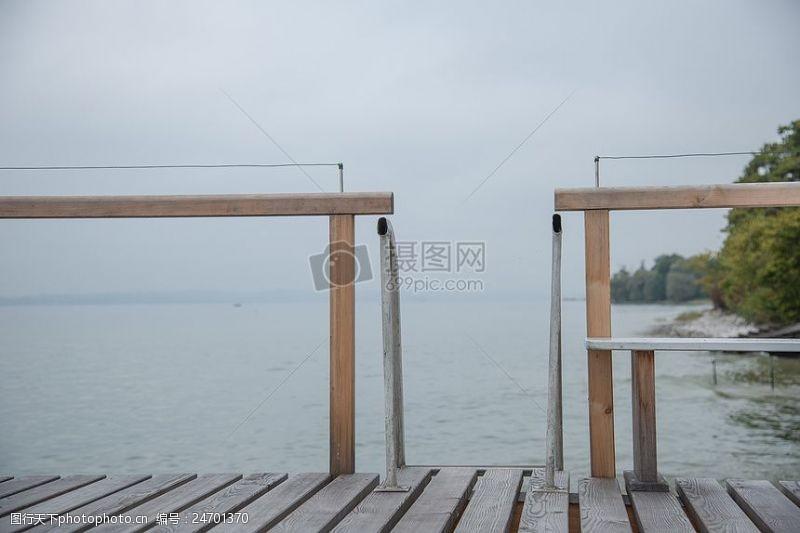 水面上的木头桥