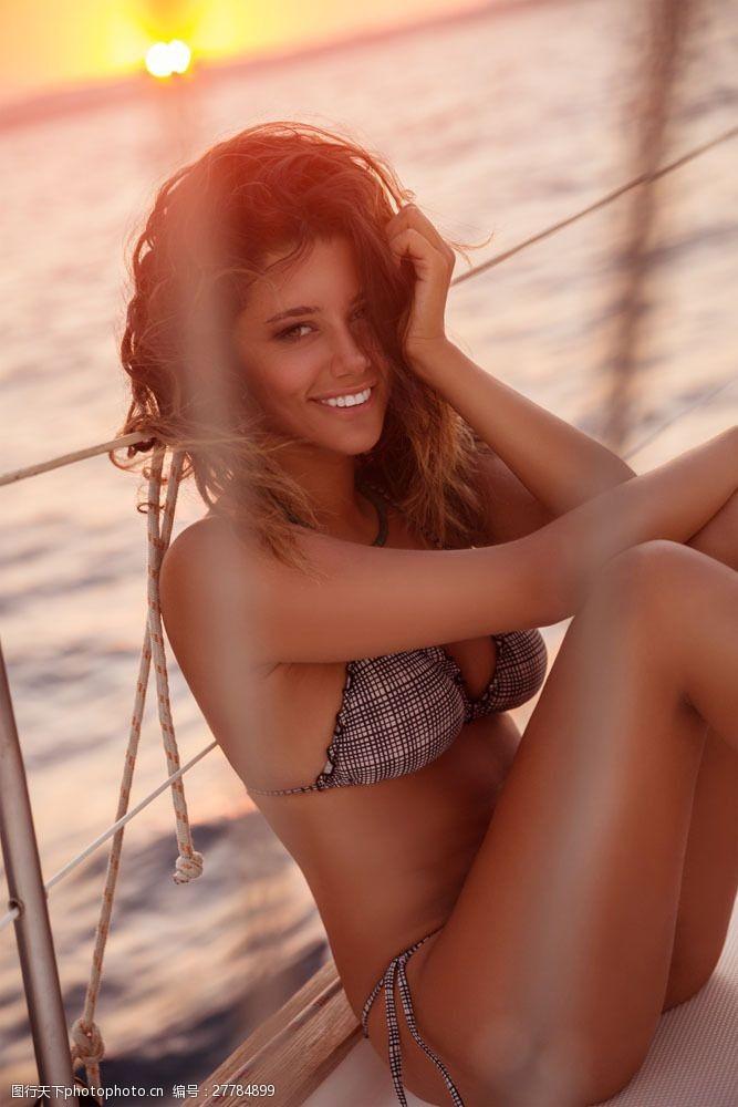 三点式坐在轮船上开心的内衣模特图片