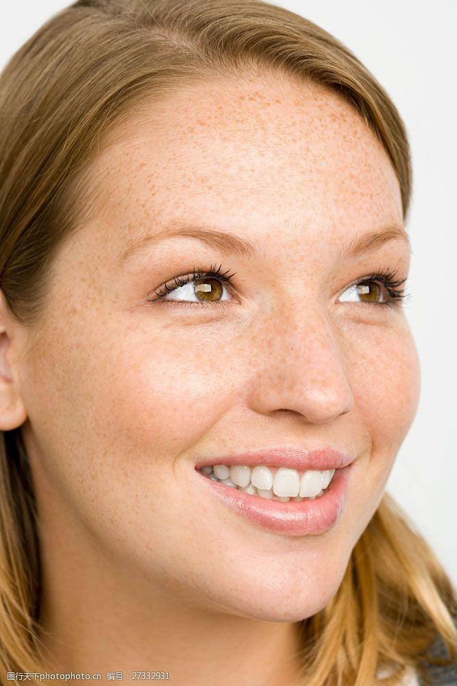 雀斑开心微笑满篮斑点的女人图片