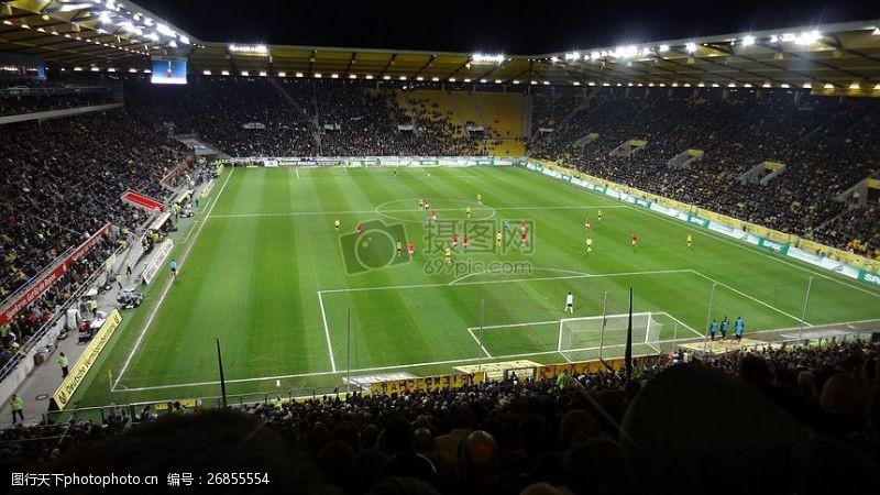 公平的竞争环境庞大的足球场
