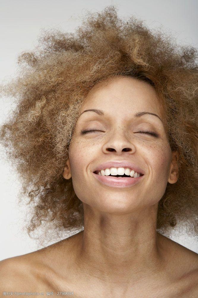 雀斑抬头闭目脸有斑点的女人图片