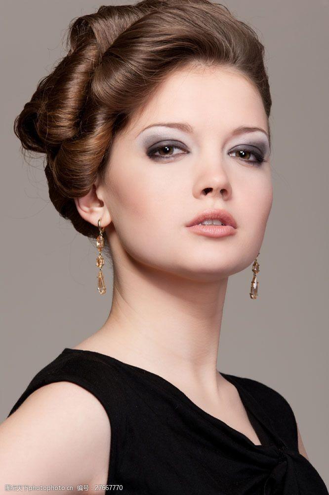 浓妆眼影美女模特面部图片