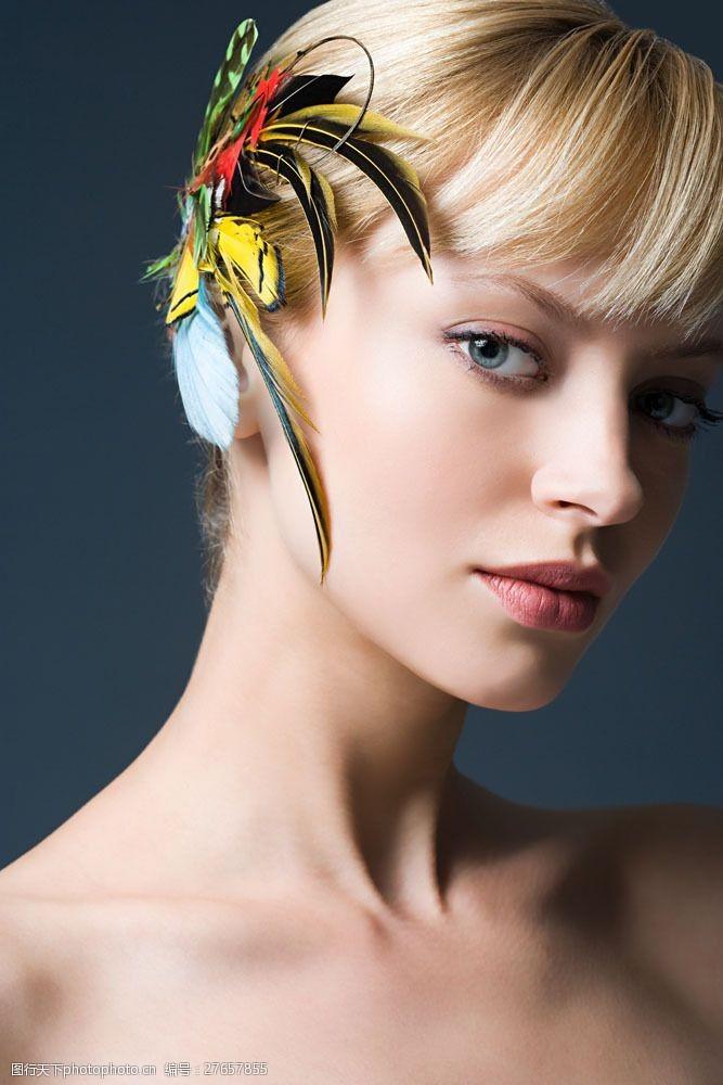 美丽佳人戴羽毛头饰的美女面部特写图片