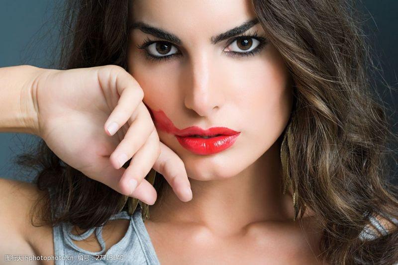 美丽佳人红唇卷发美女面部特写图片