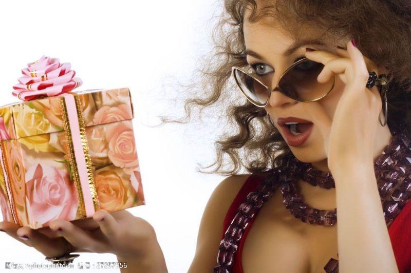 女性高清图片摘下墨镜手拿礼品盒的女人图片