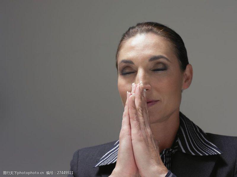 女性高清图片闭着眼睛祈祷的商务女士图片