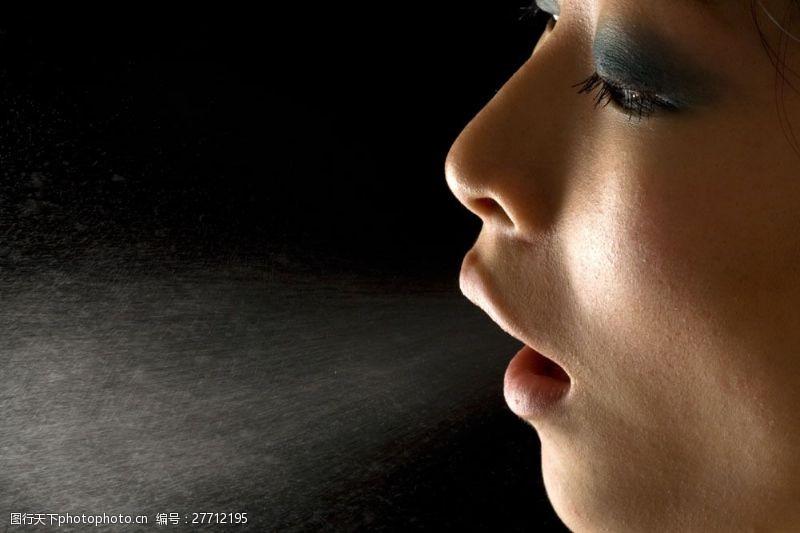 浓妆眼影彩妆美女写真图片