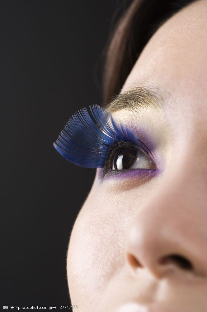 蓝色长睫毛眼部特写女人图片