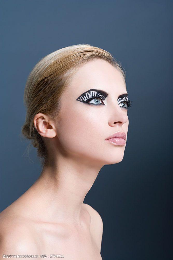 美丽佳人浓妆蓝眼睛美女面部特写图片