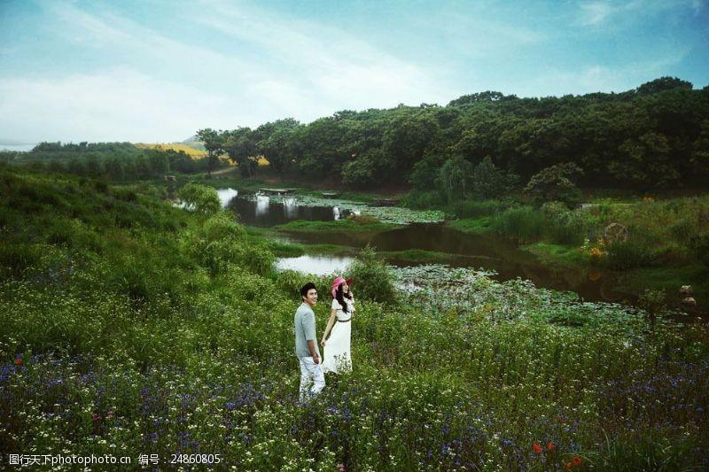 湖水情侣大自然里的情侣婚纱摄影图片
