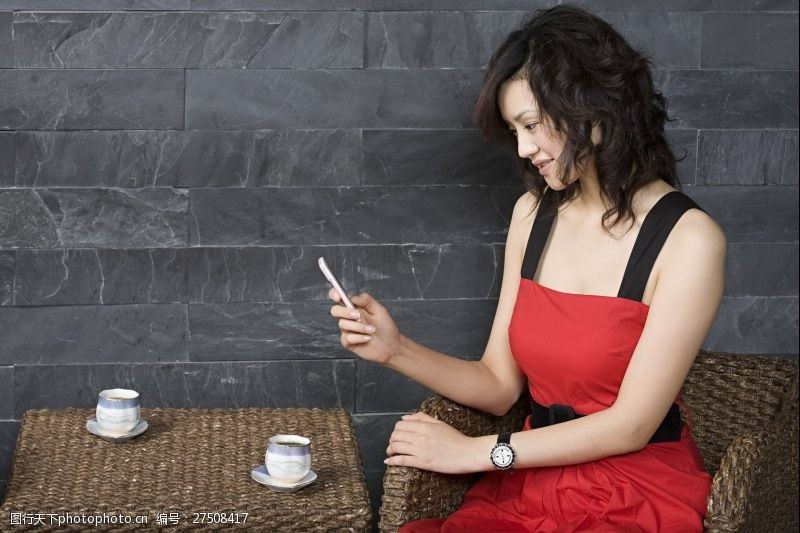 女性高清图片咖啡馆看手机的女人图片