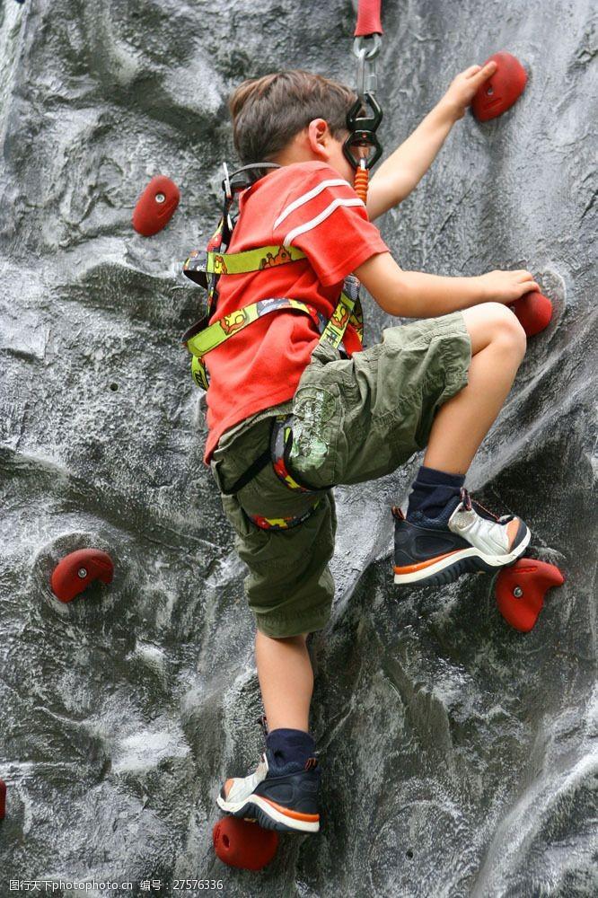 自然探险攀岩的儿童图片