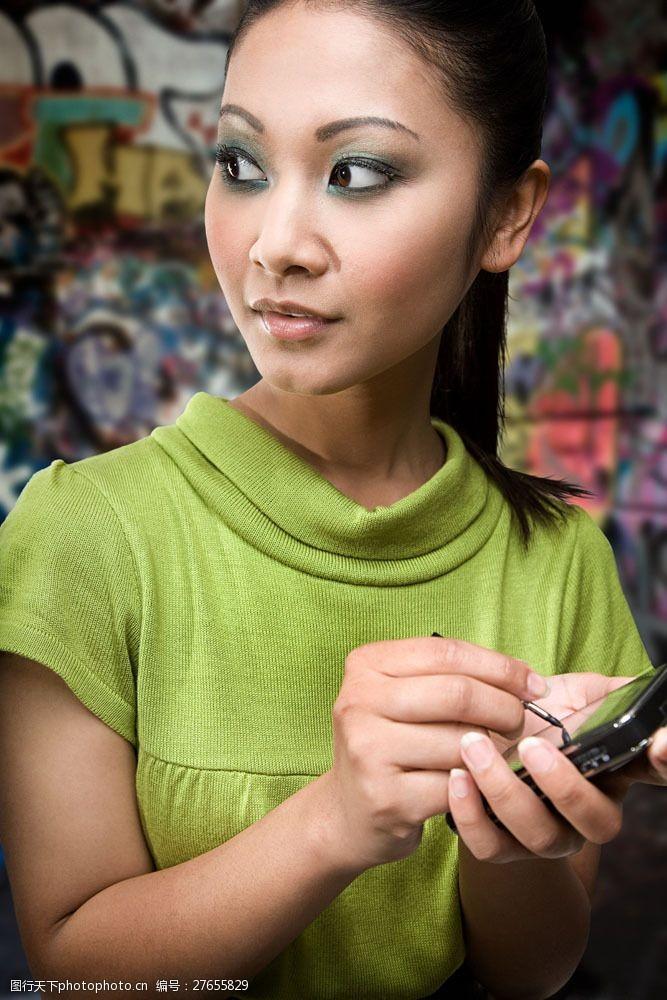 浓妆眼影在发手机短信的浓妆美女图片