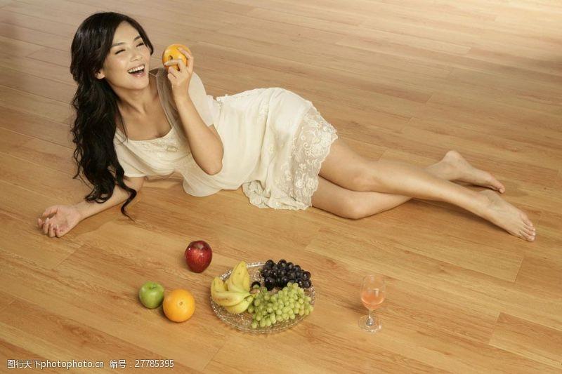 明星图片拿着水果的明星偶像图片