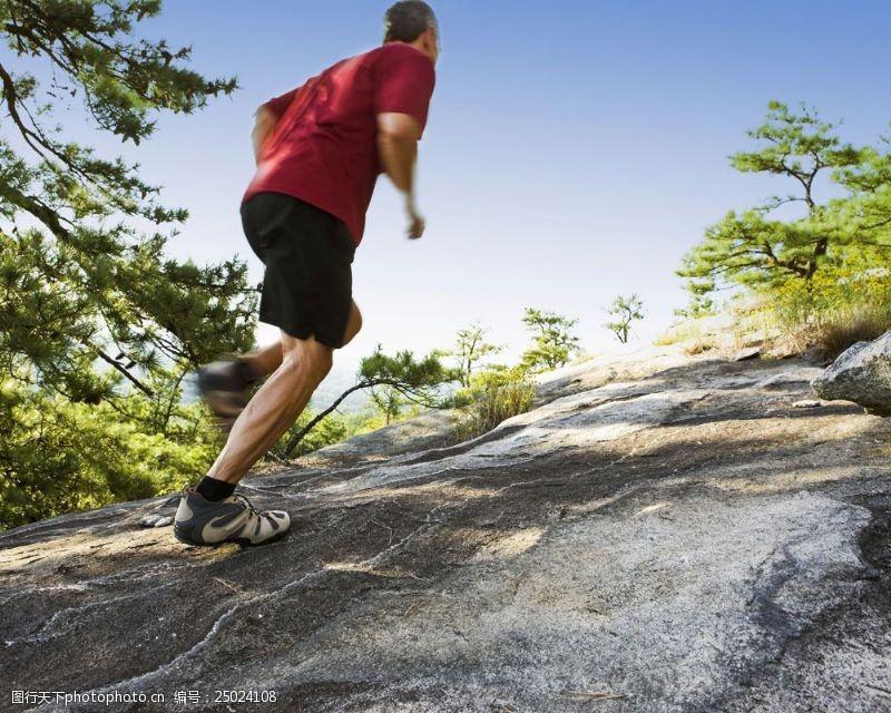 登山的男人休闲运动人物摄影图片