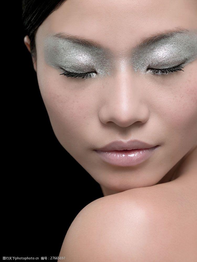 浓妆眼影闭着眼睛的浓妆美女面部图片