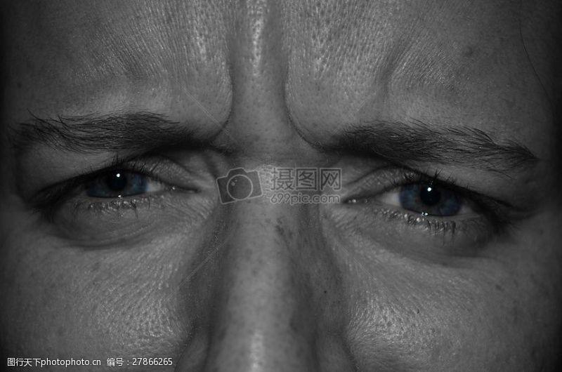 男人的眼部特写