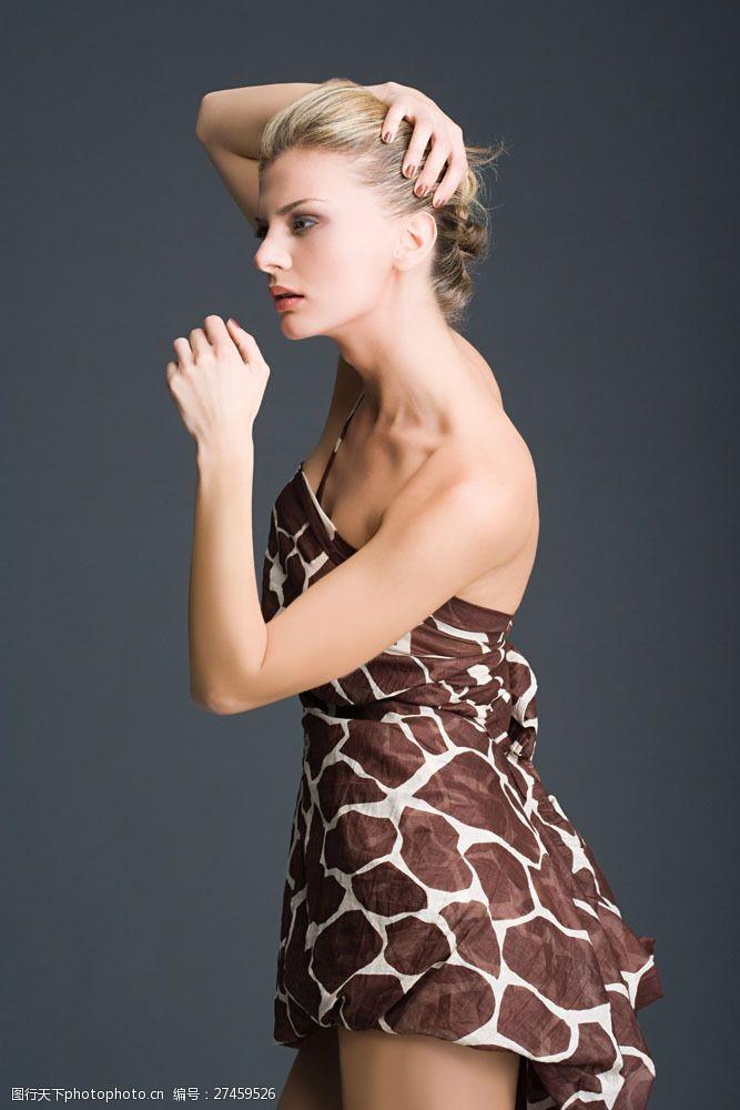 美丽佳人身穿长颈鹿斑纹裙子的美女图片