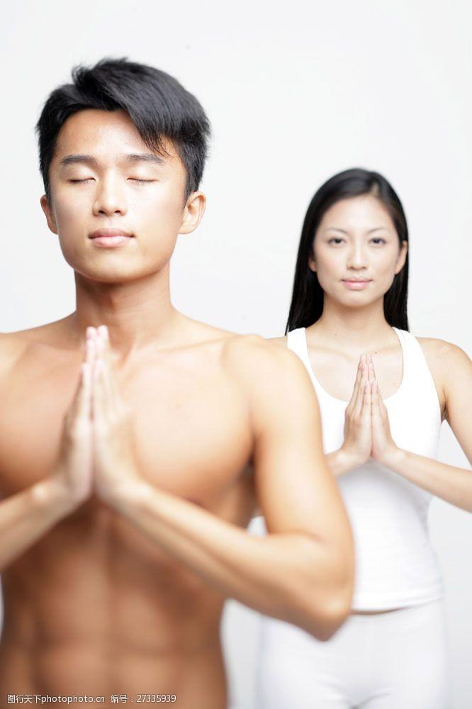 女性健康生活双手合十的男女图片