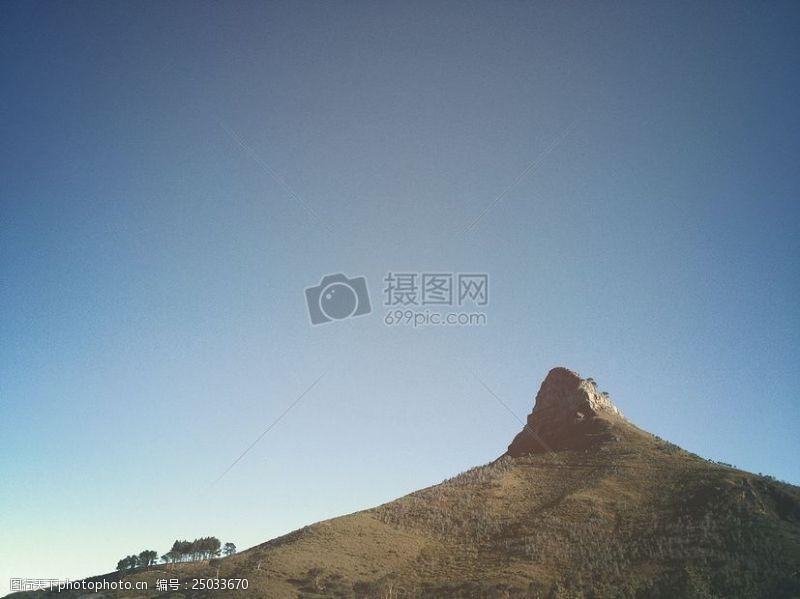 images树山附近的蓝天下
