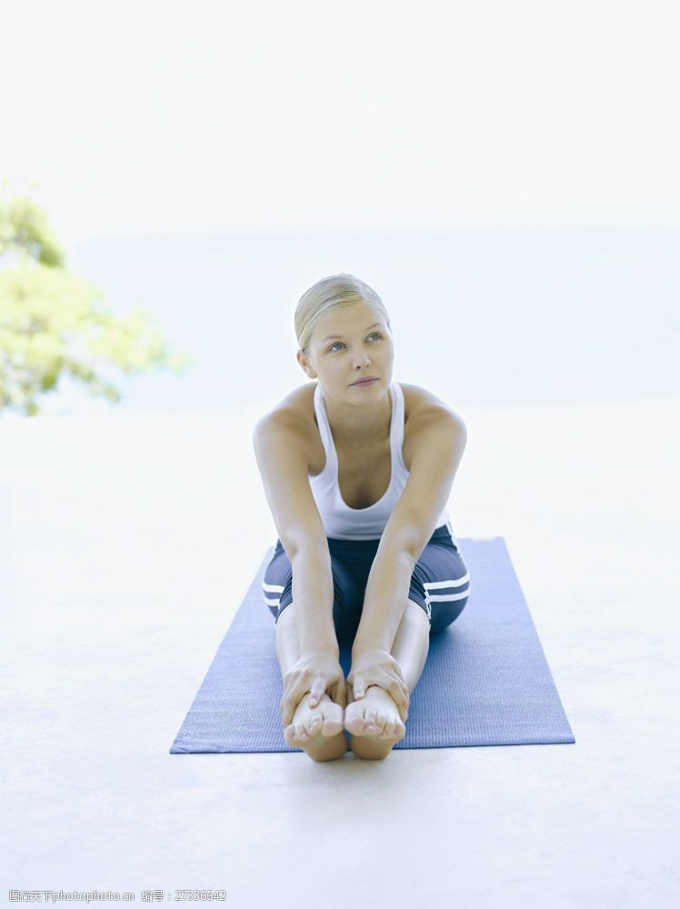 女性健康生活正在瑜伽的女人图片