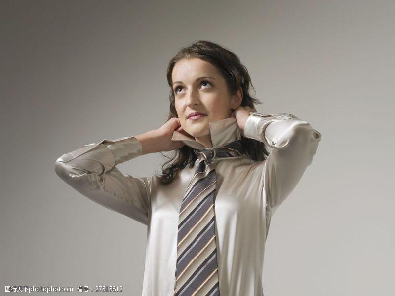 女性高清图片正在整理着装的商务女士图片