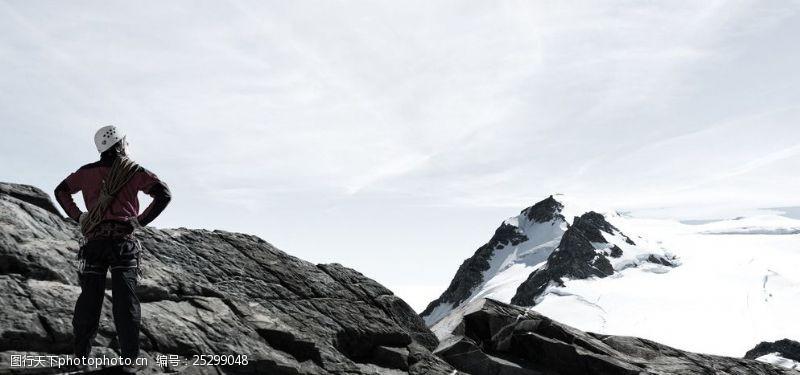 徒手攀岩登山者图片