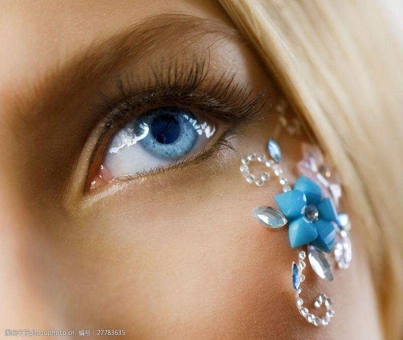 眼部特写蓝眼睛与长睫毛图片