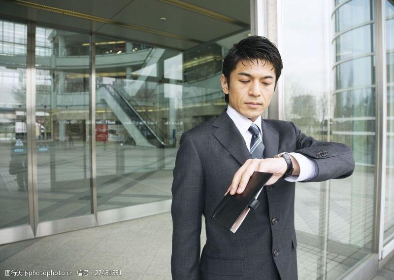 抬手看时间的商务男人图片